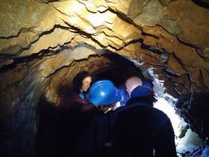 En las profundidades de la mina. Alguien sin casco!!