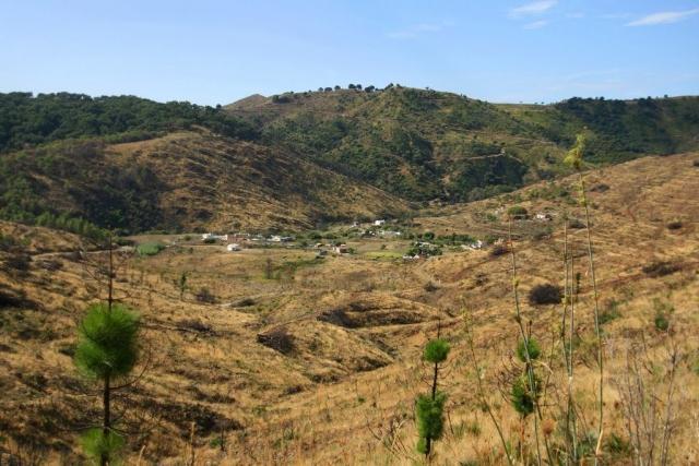 Diseminados Arroyo Linarejos. Al fondo las minas
