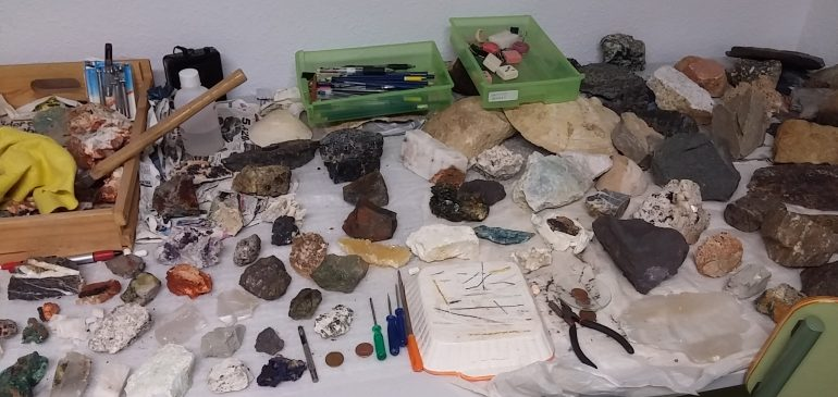 17 the December 2016. IV Workshop for minerals and rocks identification. Geological classroom museum