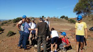Los chavales buscando muestras de rocas para identificar