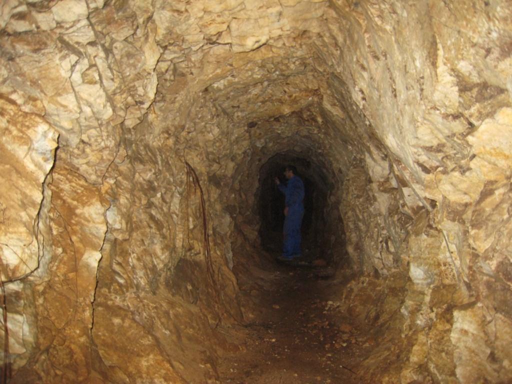 Galeria de la mina en mármoles fracturados
